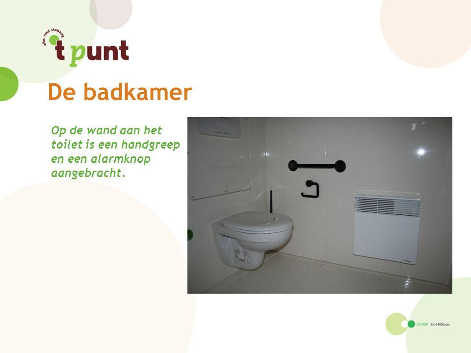 De badkamer Op de wand aan het toilet is een handgreep en een alarmknop aangebracht.