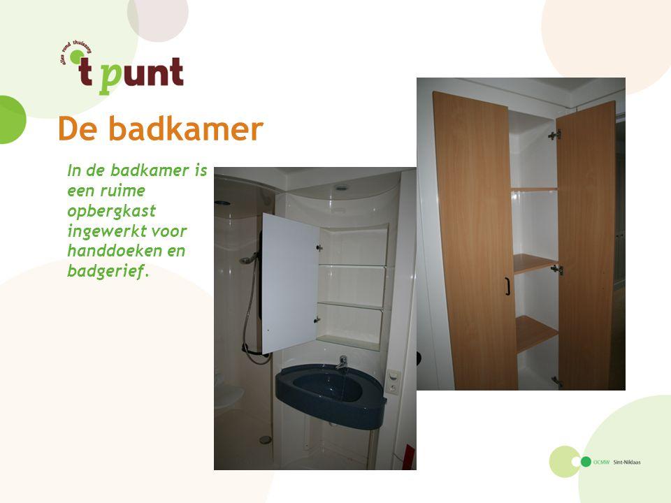 De badkamer In de badkamer is een ruime opbergkast ingewerkt voor handdoeken en badgerief.