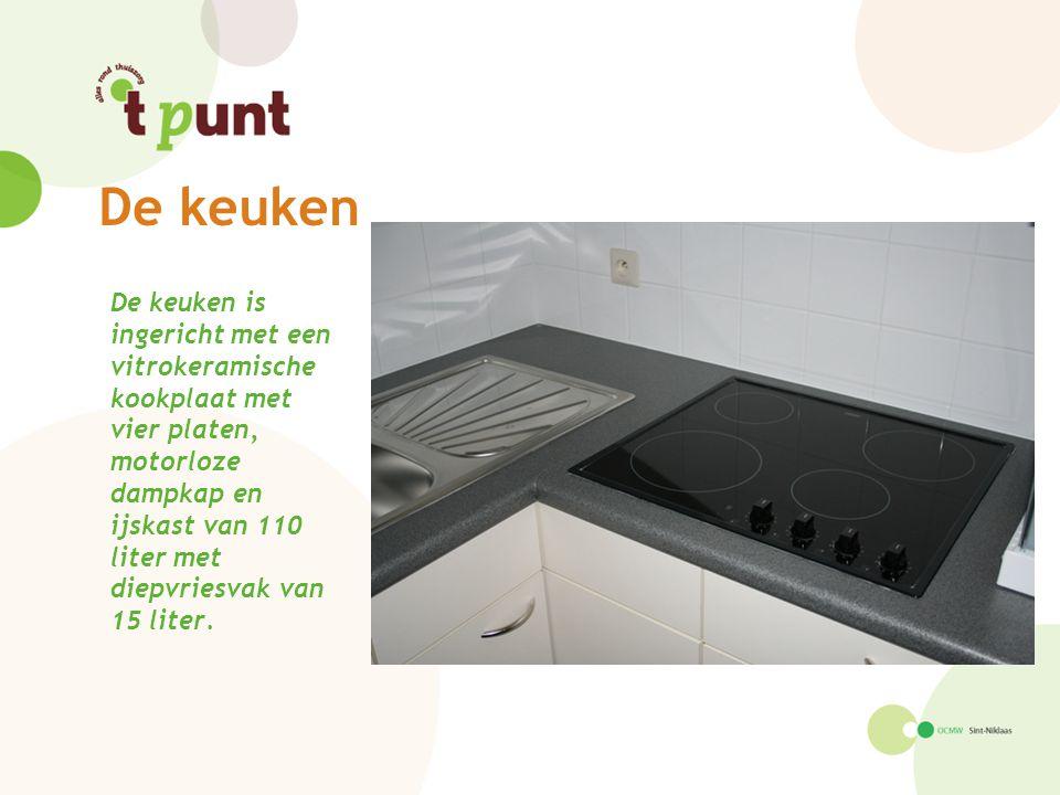 De keuken is ingericht met een vitrokeramische kookplaat met vier platen, motorloze dampkap en ijskast van 110 liter met diepvriesvak van 15 liter.