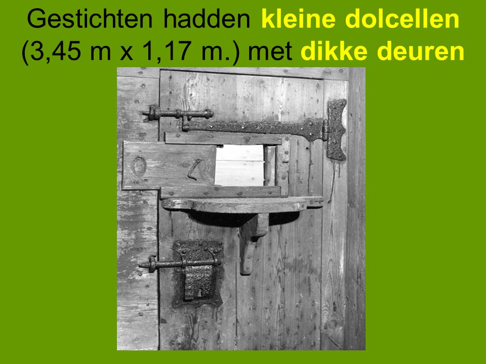 Gestichten hadden kleine dolcellen (3,45 m x 1,17 m.) met dikke deuren