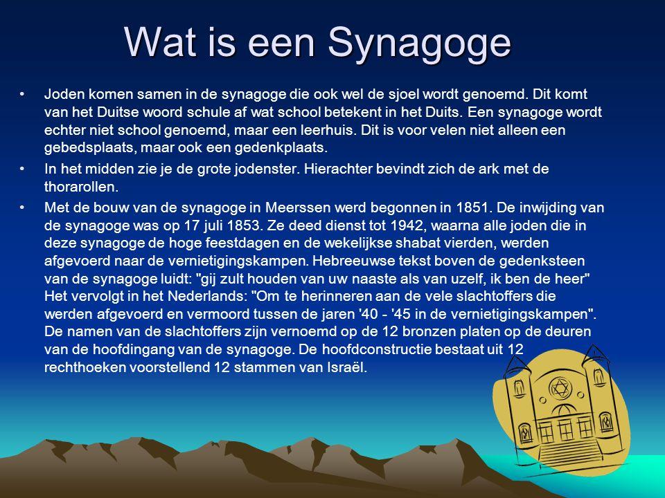 Wat is een Synagoge Joden komen samen in de synagoge die ook wel de sjoel wordt genoemd. Dit komt van het Duitse woord schule af wat school betekent i