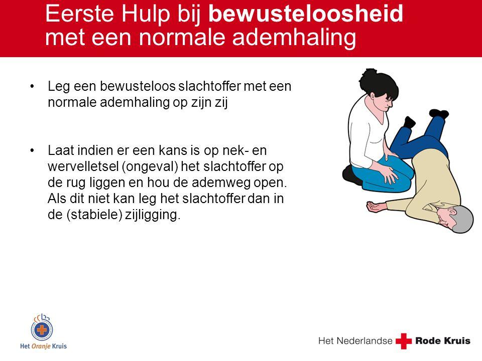 Leg een bewusteloos slachtoffer met een normale ademhaling op zijn zij Laat indien er een kans is op nek- en wervelletsel (ongeval) het slachtoffer op