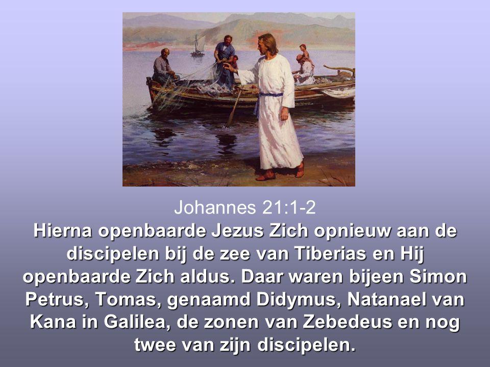 Hierna openbaarde Jezus Zich opnieuw aan de discipelen bij de zee van Tiberias en Hij openbaarde Zich aldus. Daar waren bijeen Simon Petrus, Tomas, ge