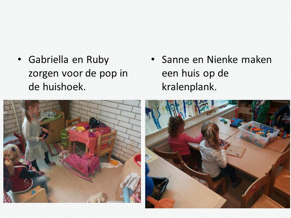 Gabriella en Ruby zorgen voor de pop in de huishoek. Sanne en Nienke maken een huis op de kralenplank.