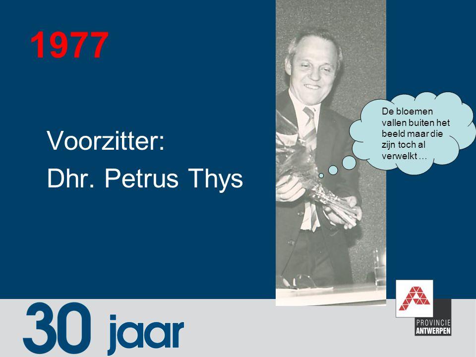 1977 Voorzitter: Dhr. Petrus Thys De bloemen vallen buiten het beeld maar die zijn toch al verwelkt …