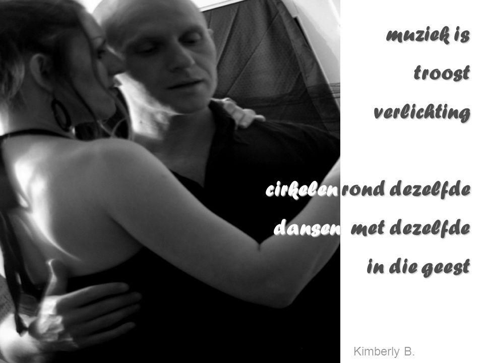 muziek is troostverlichting cirkelen rond dezelfde dansen met dezelfde in die geest Kimberly B.