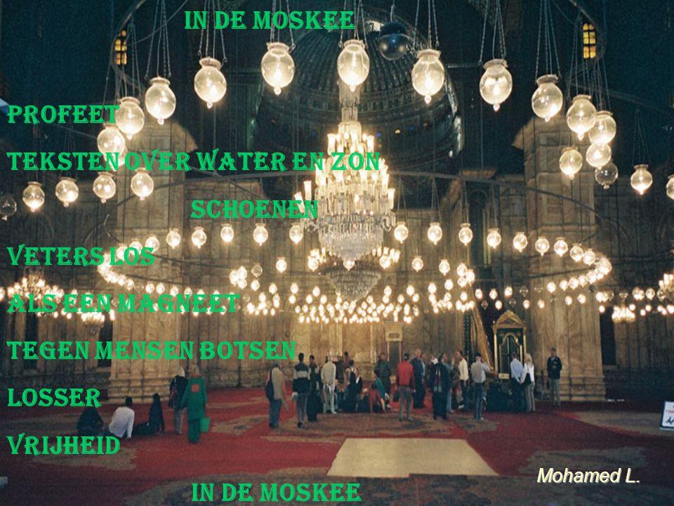 In de moskee profeet teksten over water en zon schoenen veters los als een magneet tegen mensen botsen losser Vrijheid in de moskee Mohamed L.