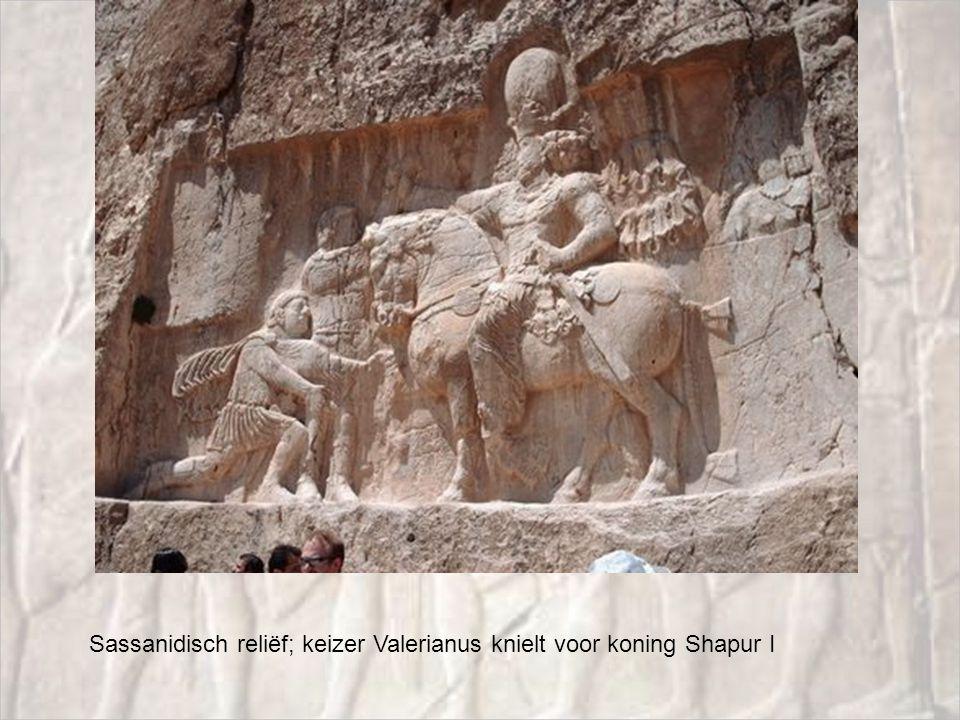 Sassanidisch reliëf; keizer Valerianus knielt voor koning Shapur I