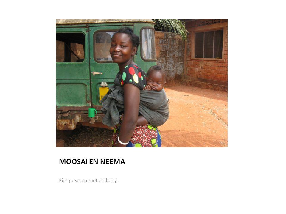 MOOSAI EN NEEMA Fier poseren met de baby.