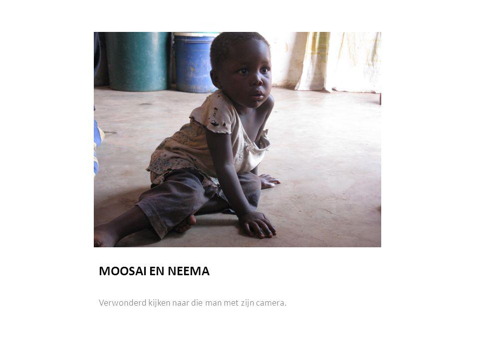 MOOSAI EN NEEMA Verwonderd kijken naar die man met zijn camera.