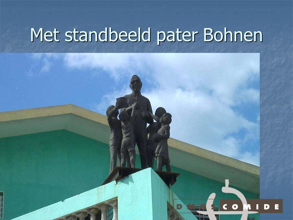 Met standbeeld pater Bohnen