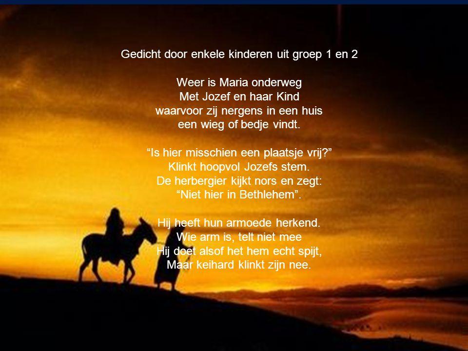Gedicht door enkele kinderen uit groep 1 en 2 Weer is Maria onderweg Met Jozef en haar Kind waarvoor zij nergens in een huis een wieg of bedje vindt.