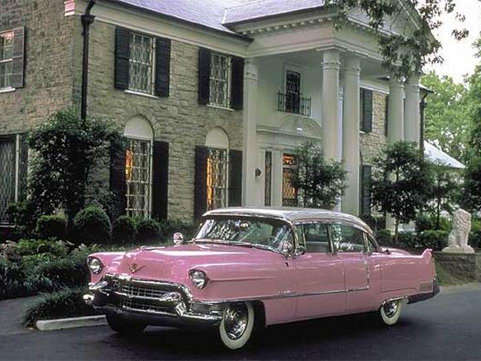 De lijkwagen komt toe in Graceland De lijkwagen met Elvis verlaat het DOPER ziekenhuis