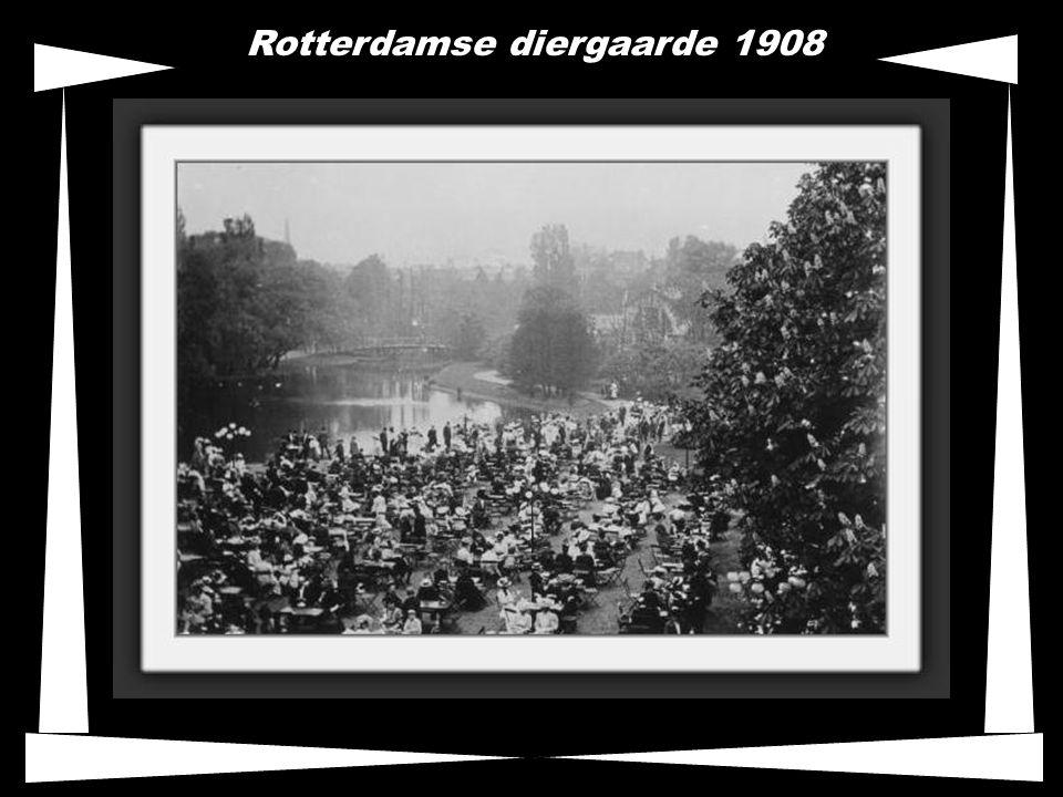 Floriade 1960, tijdens de tentoonstelling was een kabelbaan door de stad aangelegd en zie de nog korte versie van de euromast.