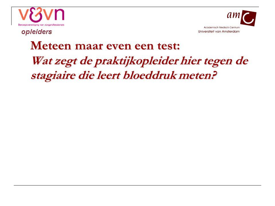 Meteen maar even een test: Wat zegt de praktijkopleider hier tegen de stagiaire die leert bloeddruk meten.