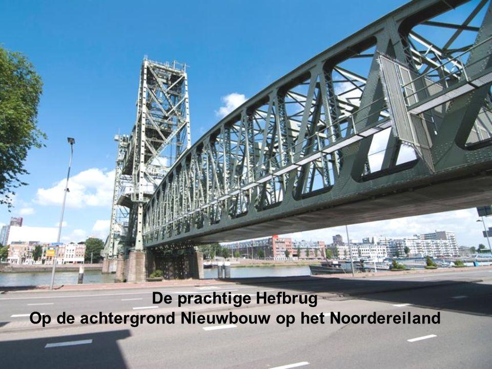 De prachtige Hefbrug Op de achtergrond Nieuwbouw op het Noordereiland