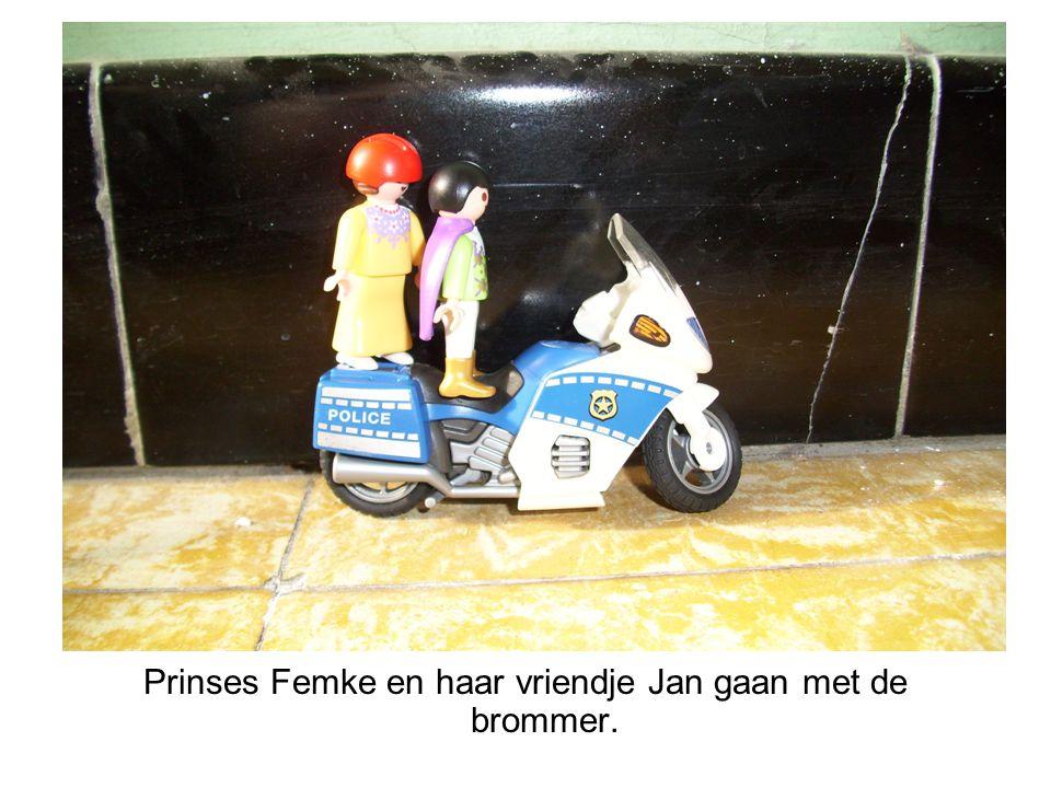 Prinses Femke en haar vriendje Jan gaan met de brommer.