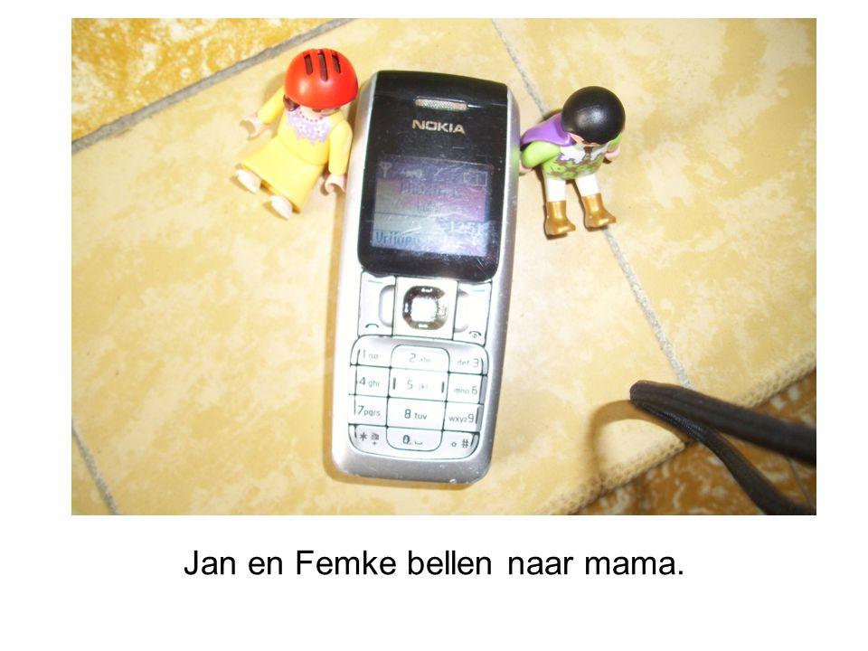 Jan en Femke bellen naar mama.