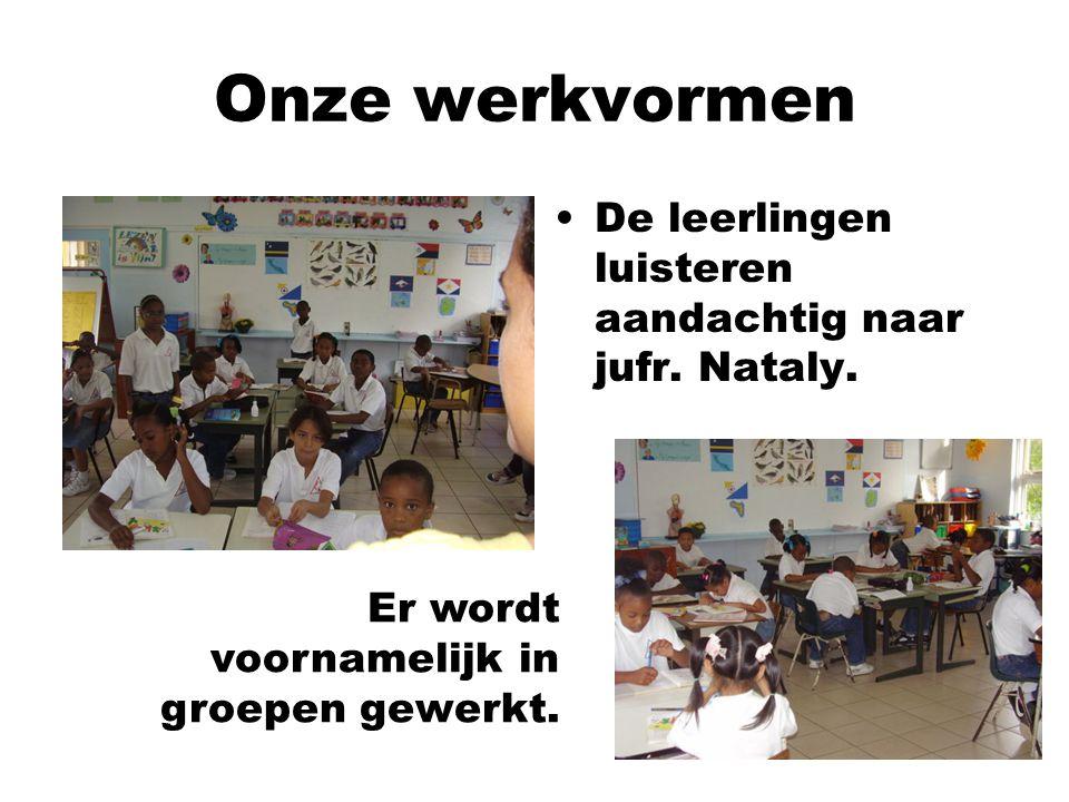 De leerlingen luisteren aandachtig naar jufr. Nataly. Er wordt voornamelijk in groepen gewerkt. Onze werkvormen