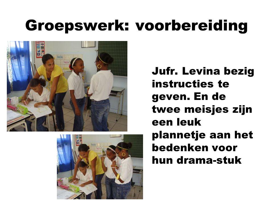 Groepswerk: voorbereiding Jufr. Levina bezig instructies te geven. En de twee meisjes zijn een leuk plannetje aan het bedenken voor hun drama-stuk