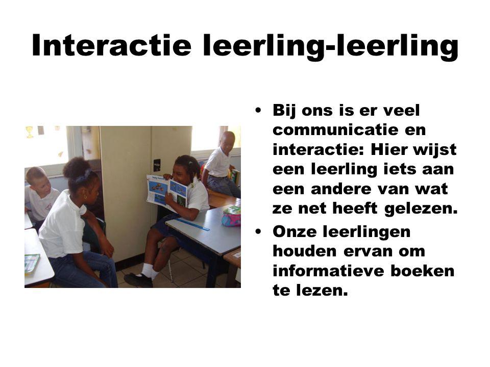 Interactie leerling-leerling Bij ons is er veel communicatie en interactie: Hier wijst een leerling iets aan een andere van wat ze net heeft gelezen.