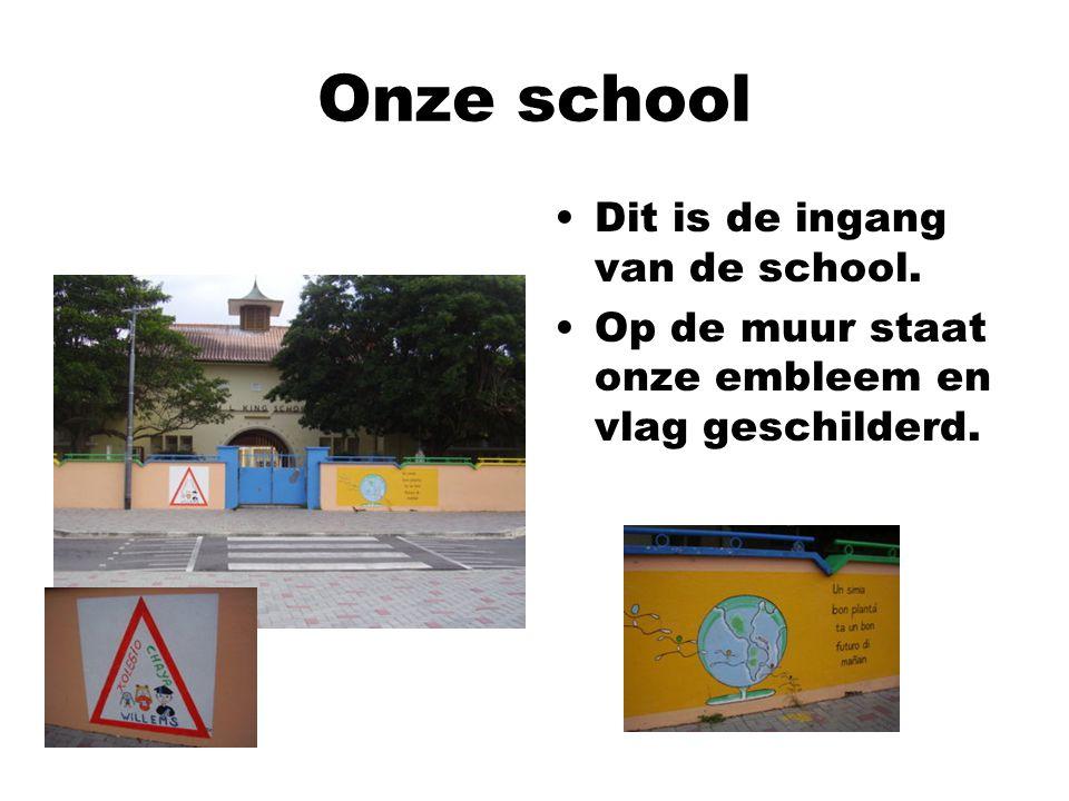 Onze school Dit is de ingang van de school. Op de muur staat onze embleem en vlag geschilderd.