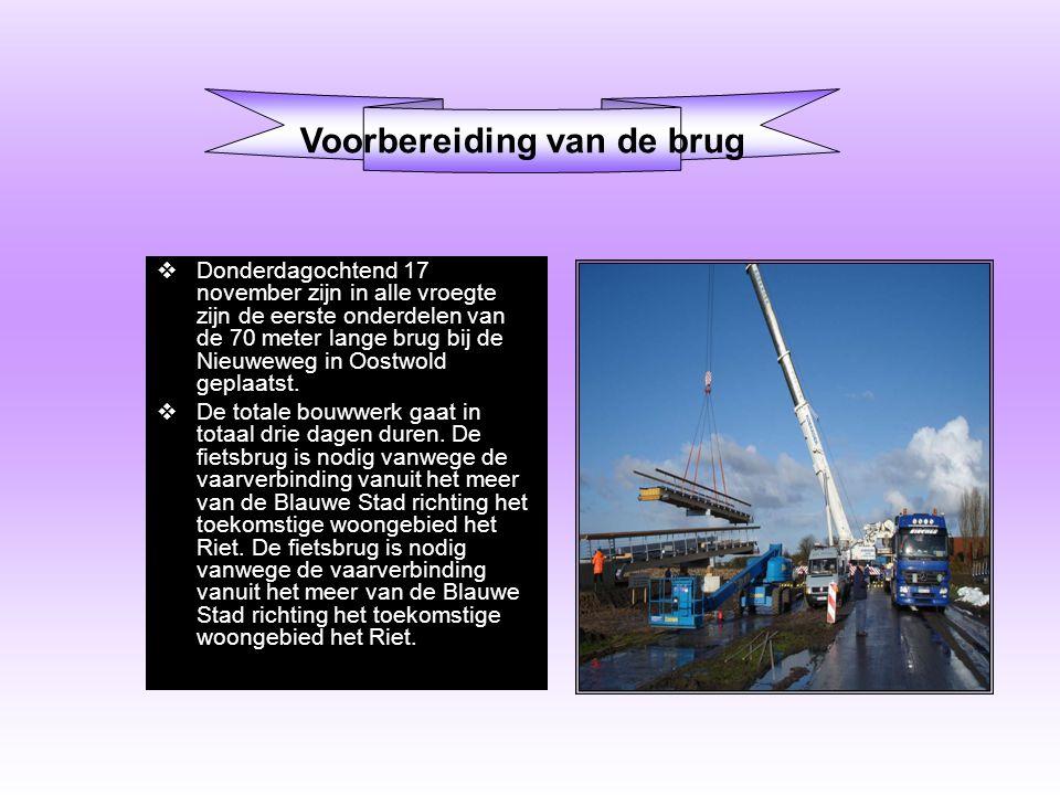  Donderdagochtend 17 november zijn in alle vroegte zijn de eerste onderdelen van de 70 meter lange brug bij de Nieuweweg in Oostwold geplaatst.