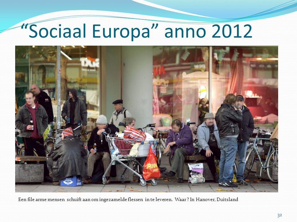 """""""Sociaal Europa"""" anno 2012 32 Een file arme mensen schuift aan om ingezamelde flessen in te leveren. Waar ? In Hanover, Duitsland"""