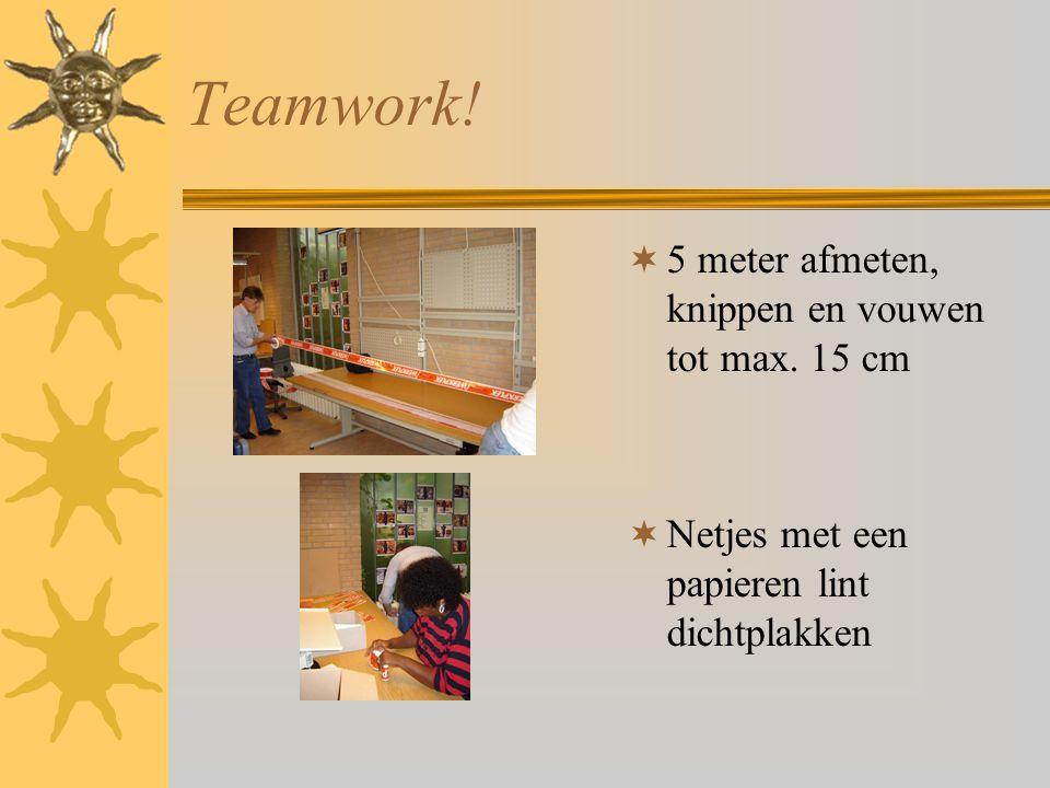 Teamwork.  5 meter afmeten, knippen en vouwen tot max.