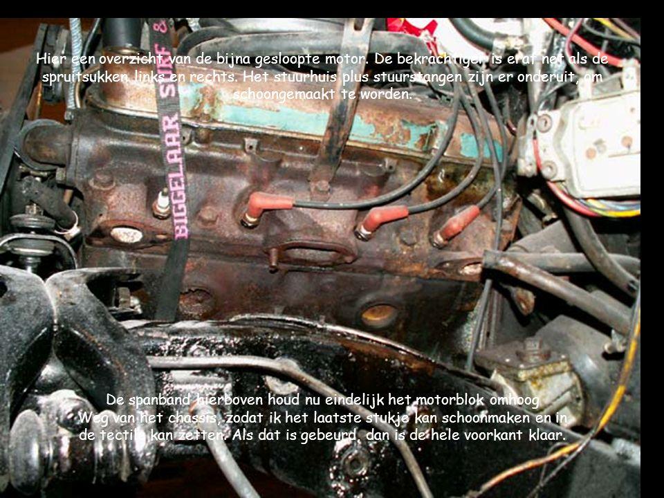 Hier een overzicht van de bijna gesloopte motor. De bekrachtiger is eraf net als de spruitsukken links en rechts. Het stuurhuis plus stuurstangen zijn