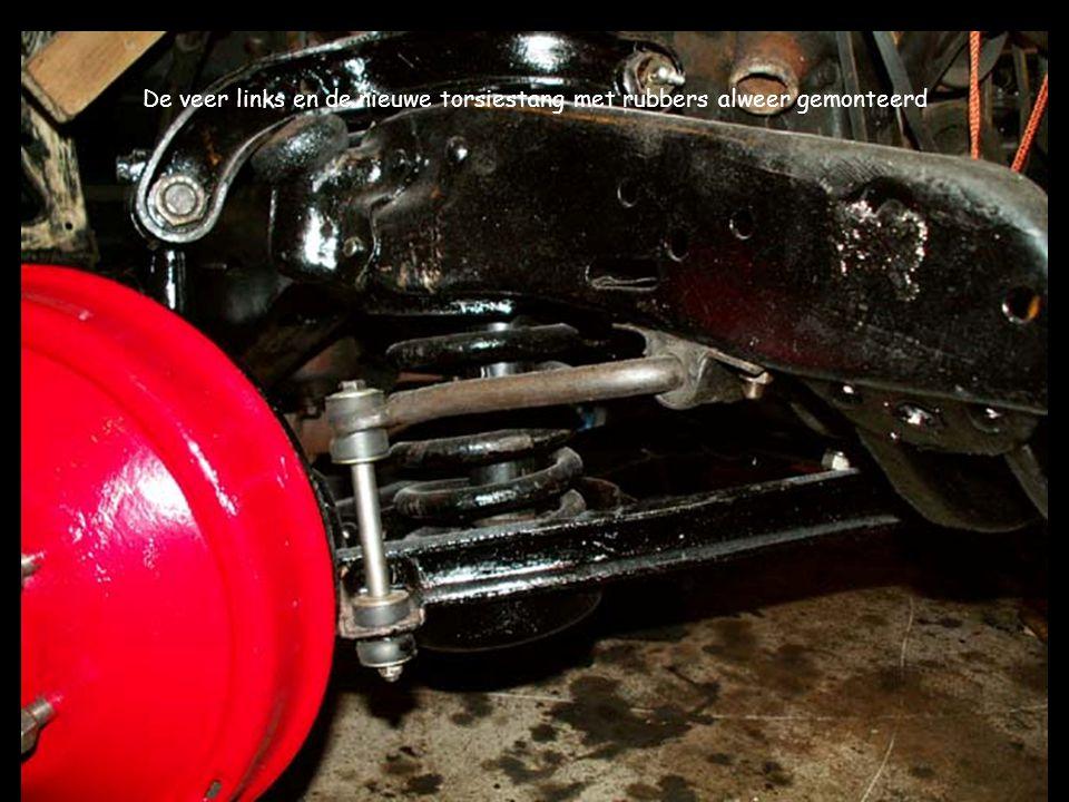 De veer links en de nieuwe torsiestang met rubbers alweer gemonteerd