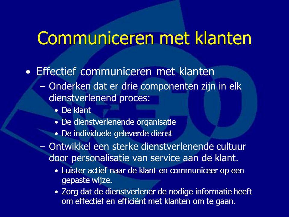 Vergadertechnieken Vergadering = bijeenkomst van personen die uitgenodigd zijn en volgens een bepaald procedure met elkaar spreken over één of meer van tevoren vastgestelde onderwerpen