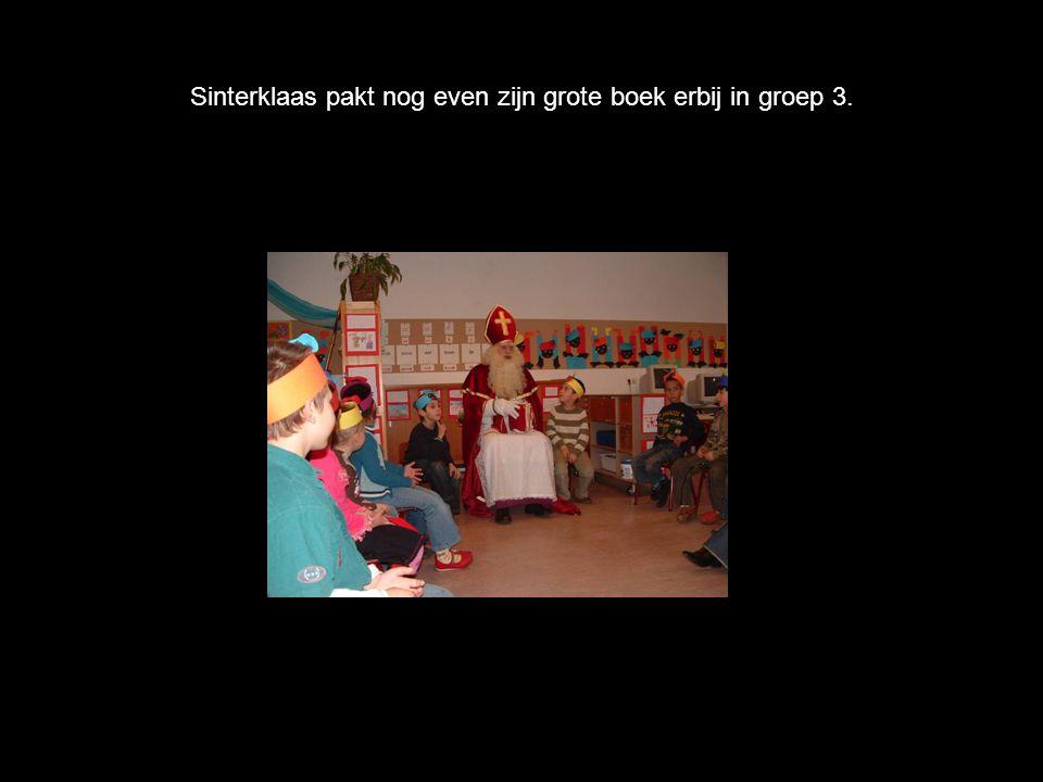 Sinterklaas pakt nog even zijn grote boek erbij in groep 3.