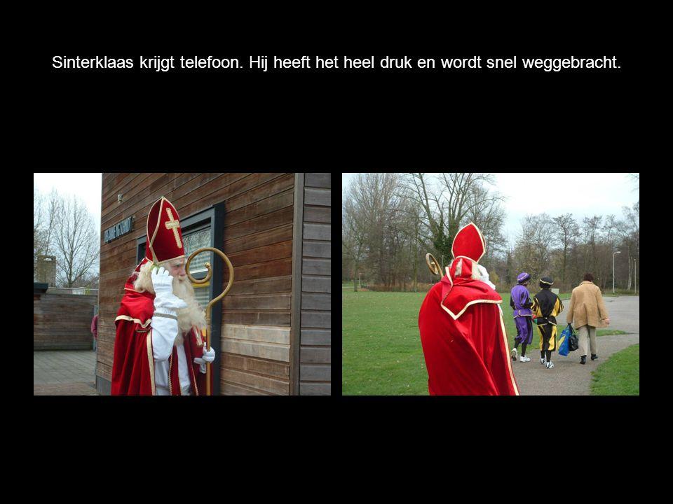 Sinterklaas krijgt telefoon. Hij heeft het heel druk en wordt snel weggebracht.