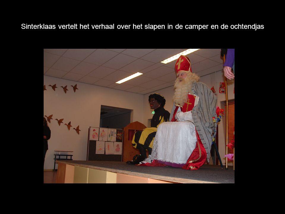 Sinterklaas vertelt het verhaal over het slapen in de camper en de ochtendjas
