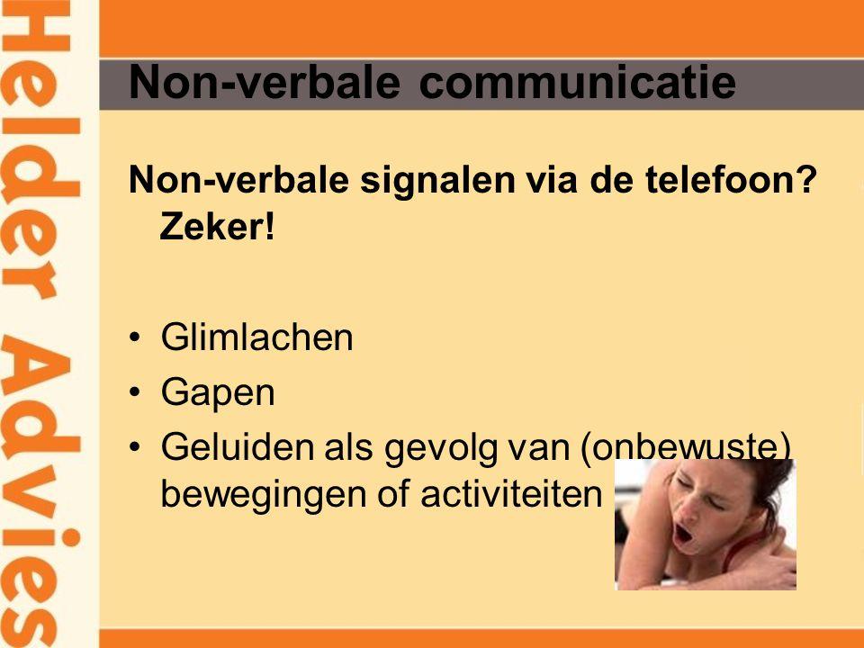 Non-verbale communicatie Non-verbale signalen via de telefoon? Zeker! Glimlachen Gapen Geluiden als gevolg van (onbewuste) bewegingen of activiteiten