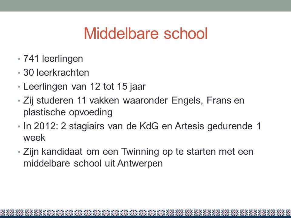 Middelbare school 741 leerlingen 30 leerkrachten Leerlingen van 12 tot 15 jaar Zij studeren 11 vakken waaronder Engels, Frans en plastische opvoeding