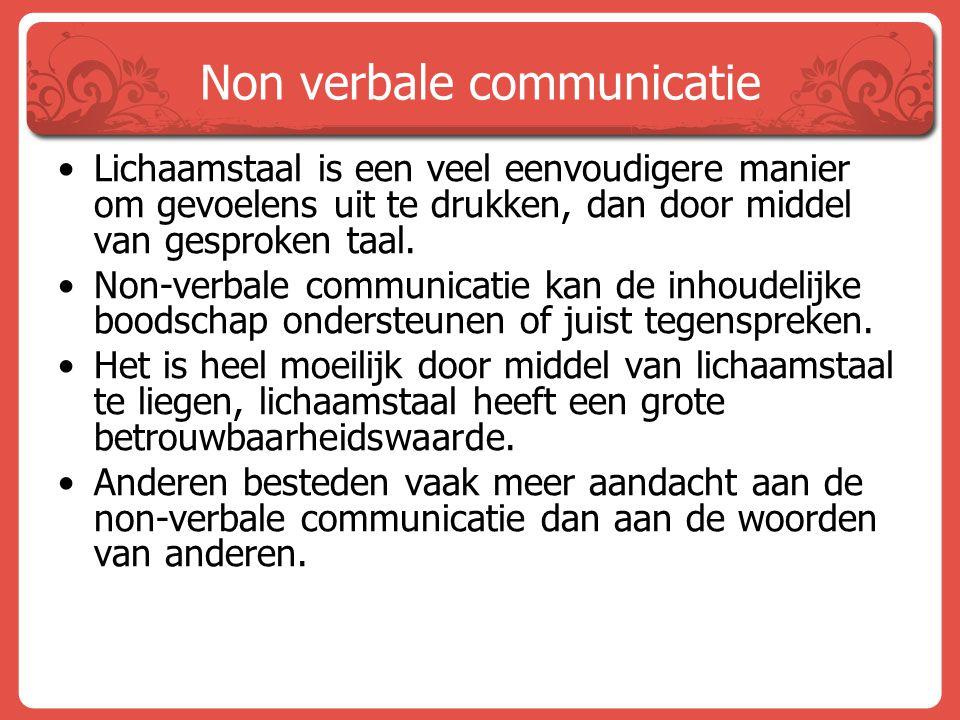 Non verbale communicatie Lichaamstaal is een veel eenvoudigere manier om gevoelens uit te drukken, dan door middel van gesproken taal. Non-verbale com