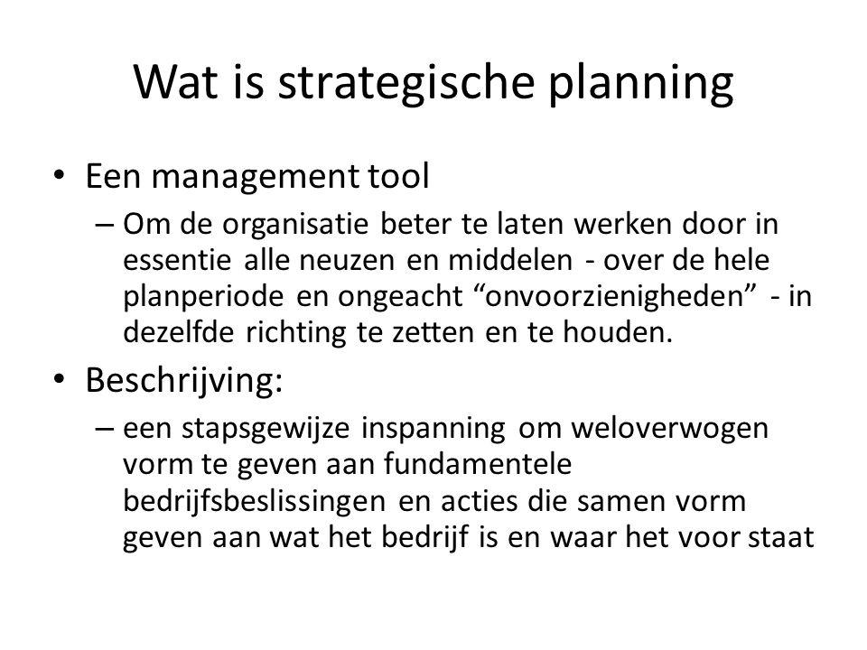 Hoe wordt strategische planning gebruikt Strategisch: – Het bereid de beste reactie voor op al dan niet vooraf voorspelde veranderingen in de werkomgeving van de onderneming – Door alle betrokkenen ten allen tijde een klare, duidelijke en eenduidige focus te geven op bedrijfsdoelen, bedrijfsmiddelen en bedrijfswaarden/-identiteit Planning: – Het zet duidelijke actiestappen naar duidelijke tussendoelen die zowel vorderingsbeheer als bijsturing op doel mogelijk maken Proces: – Een identificatie van kernbeslissingen naar bereik van concrete doelen in een concrete, globale eindresultaatcontext – Met een (per beslissing te evalueren) advies naar het nemen van die beslissingen (beslissingsbasis, beslissingsoverwegingen, beslissingscriteria, beslissingscope, ….) – En een ingebouwde terugkoppeling van ervaringen en resultaten naar de volgende te nemen beslissingen