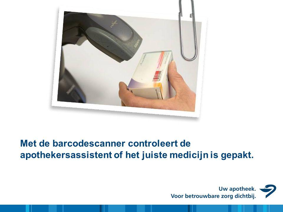 Met de barcodescanner controleert de apothekersassistent of het juiste medicijn is gepakt.