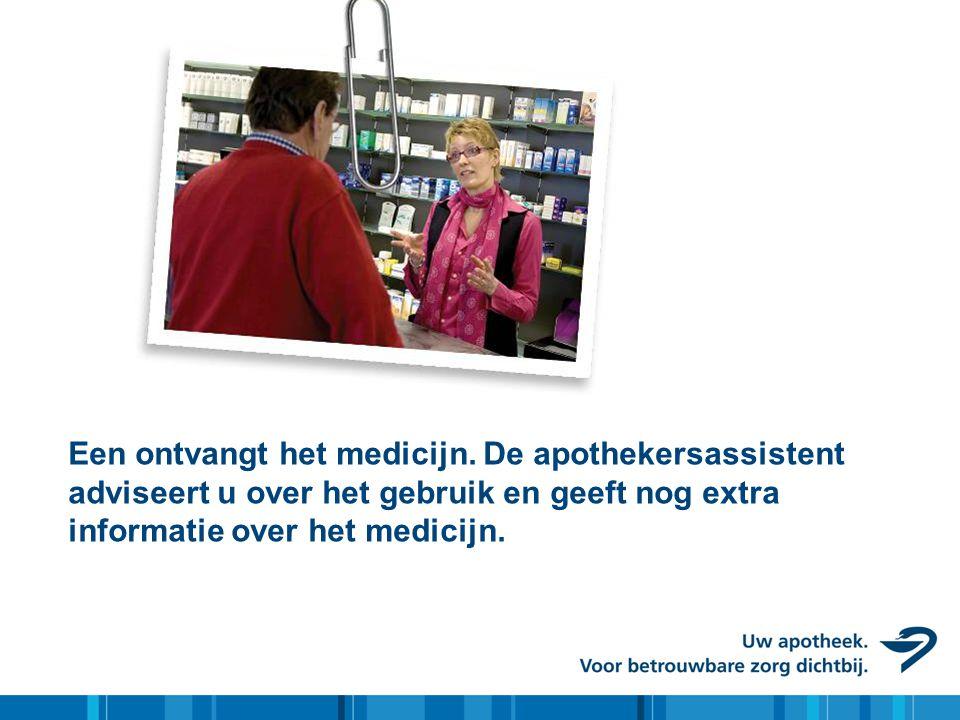 Een ontvangt het medicijn. De apothekersassistent adviseert u over het gebruik en geeft nog extra informatie over het medicijn.
