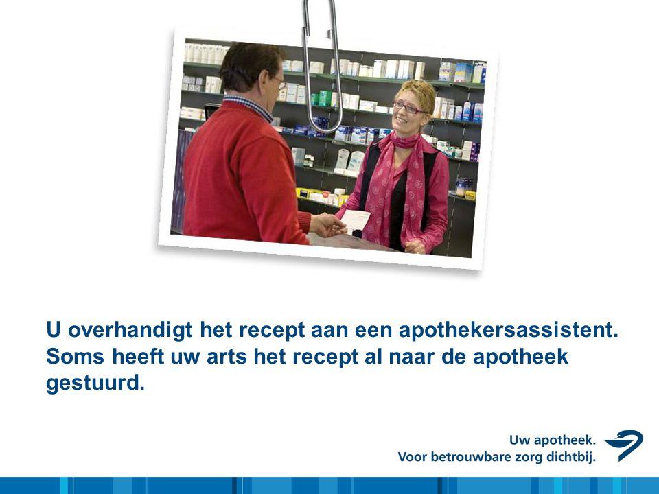 U overhandigt het recept aan een apothekersassistent. Soms heeft uw arts het recept al naar de apotheek gestuurd.