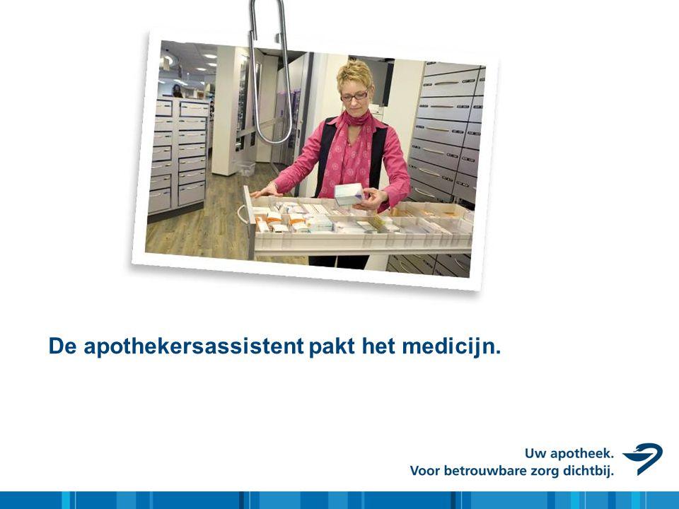De apothekersassistent pakt het medicijn.