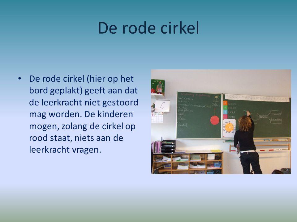 De rode cirkel De rode cirkel (hier op het bord geplakt) geeft aan dat de leerkracht niet gestoord mag worden. De kinderen mogen, zolang de cirkel op