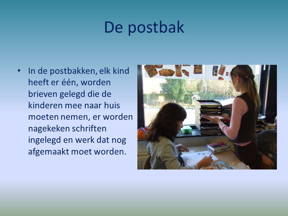 De postbak In de postbakken, elk kind heeft er één, worden brieven gelegd die de kinderen mee naar huis moeten nemen, er worden nagekeken schriften in