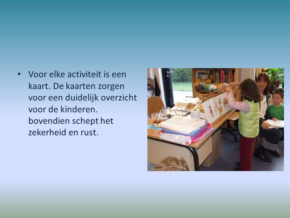 Voor elke activiteit is een kaart. De kaarten zorgen voor een duidelijk overzicht voor de kinderen. bovendien schept het zekerheid en rust.