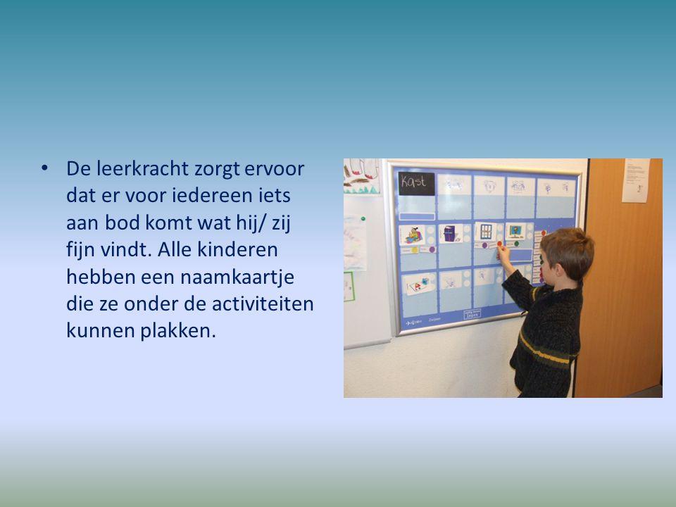 De leerkracht zorgt ervoor dat er voor iedereen iets aan bod komt wat hij/ zij fijn vindt. Alle kinderen hebben een naamkaartje die ze onder de activi