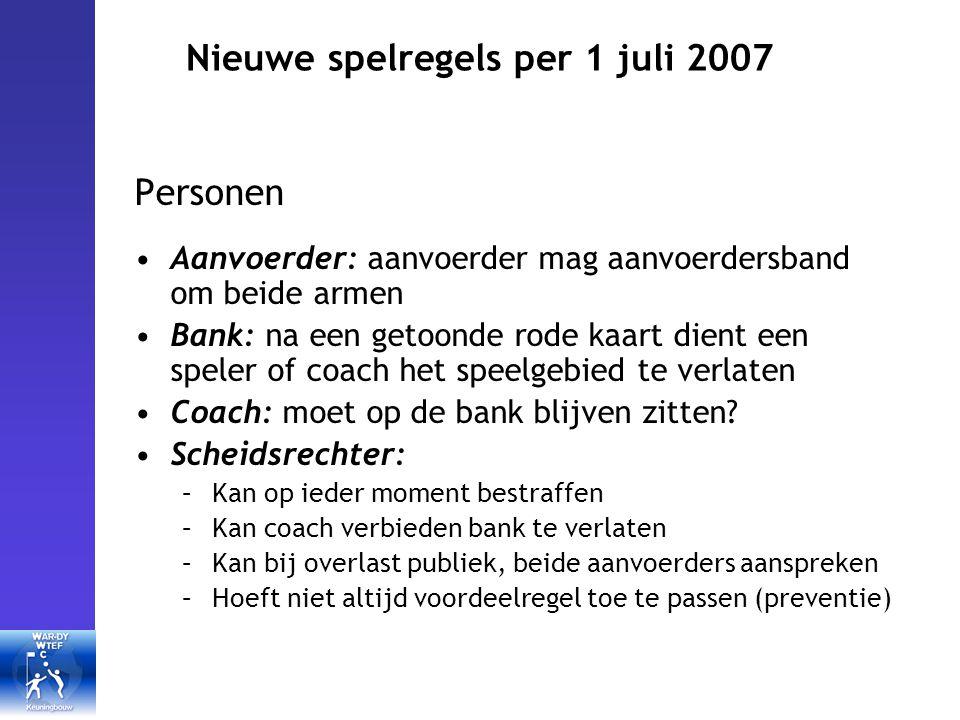 Nieuwe spelregels per 1 juli 2007 Personen Aanvoerder: aanvoerder mag aanvoerdersband om beide armen Bank: na een getoonde rode kaart dient een speler of coach het speelgebied te verlaten Coach: moet op de bank blijven zitten.