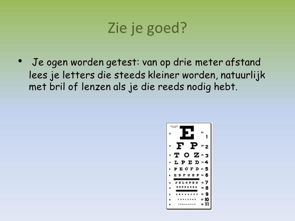 Zie je goed? Je ogen worden getest: van op drie meter afstand lees je letters die steeds kleiner worden, natuurlijk met bril of lenzen als je die reed