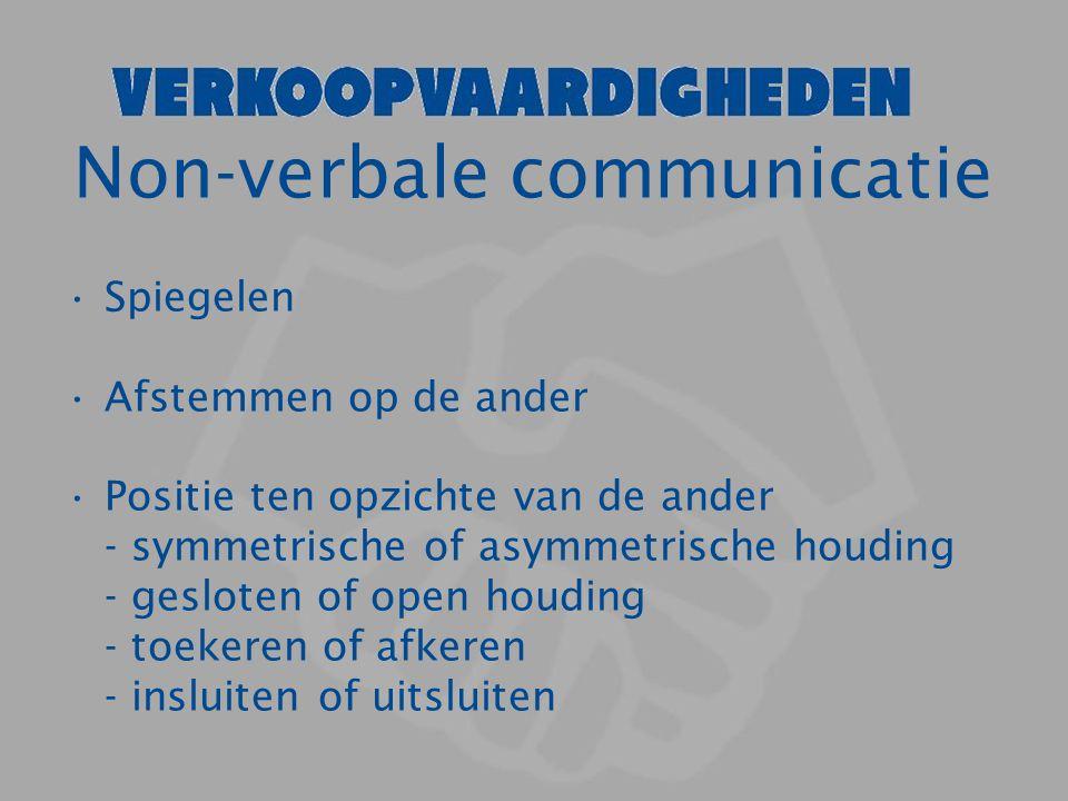 Non-verbale communicatie Spiegelen Afstemmen op de ander Positie ten opzichte van de ander - symmetrische of asymmetrische houding - gesloten of open